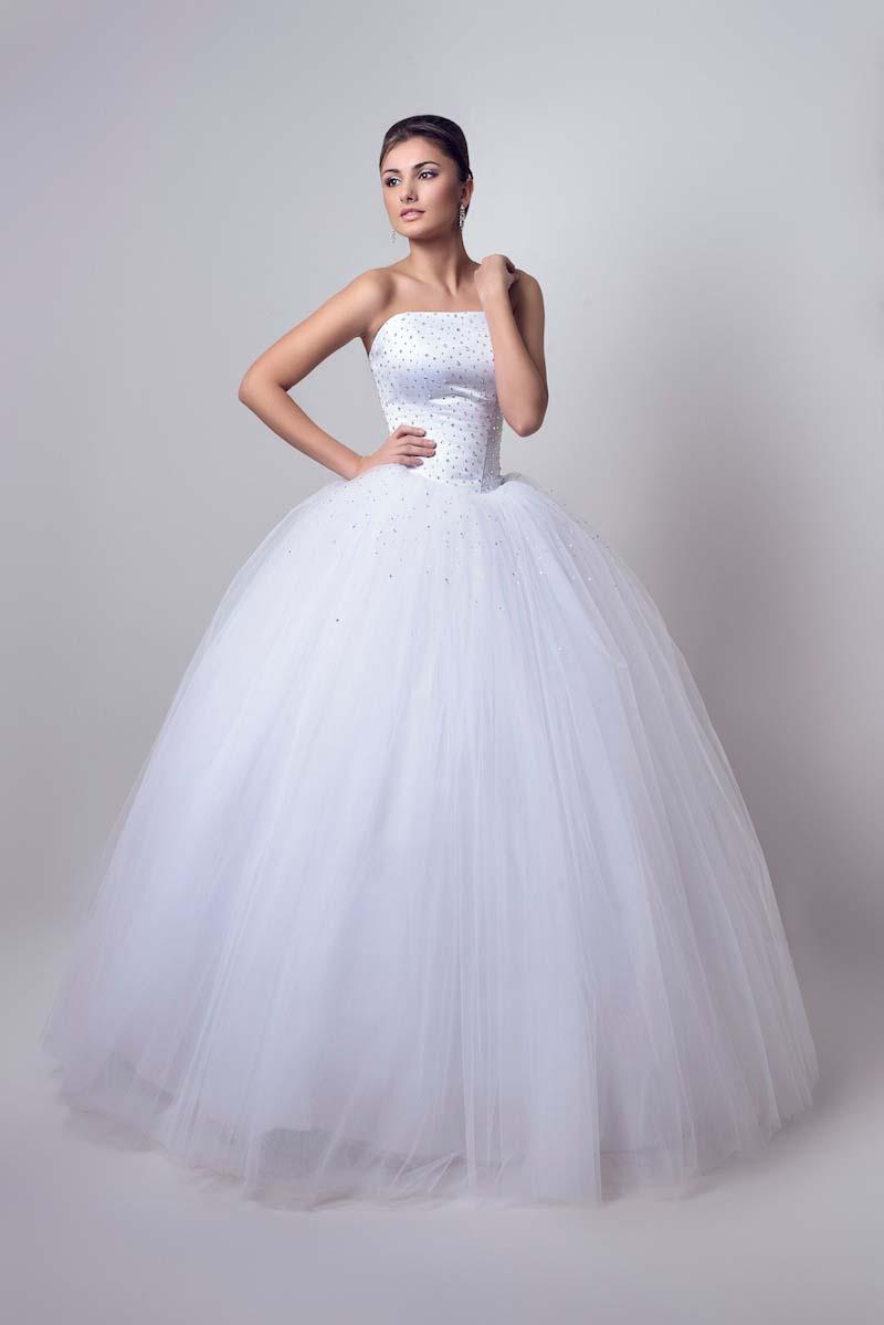 Пышное свадебное платье отличается от